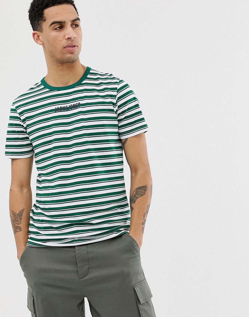 Jack & Jones - Core - Grün gestreiftes T-Shirt mit Logo auf der Brust - Grün