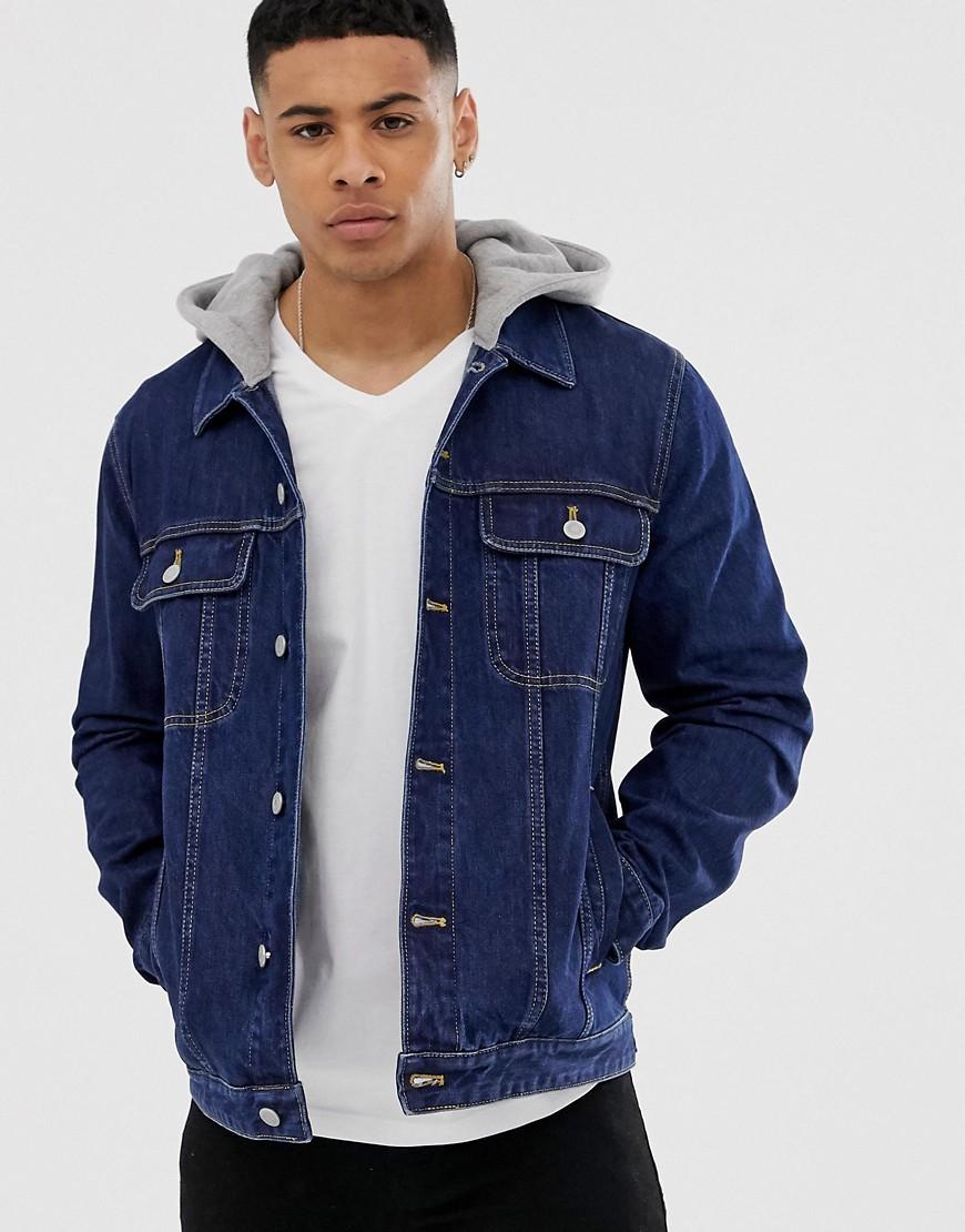 ASOS DESIGN - Jeansjacke in dunkler Waschung mit Kapuze - Blau