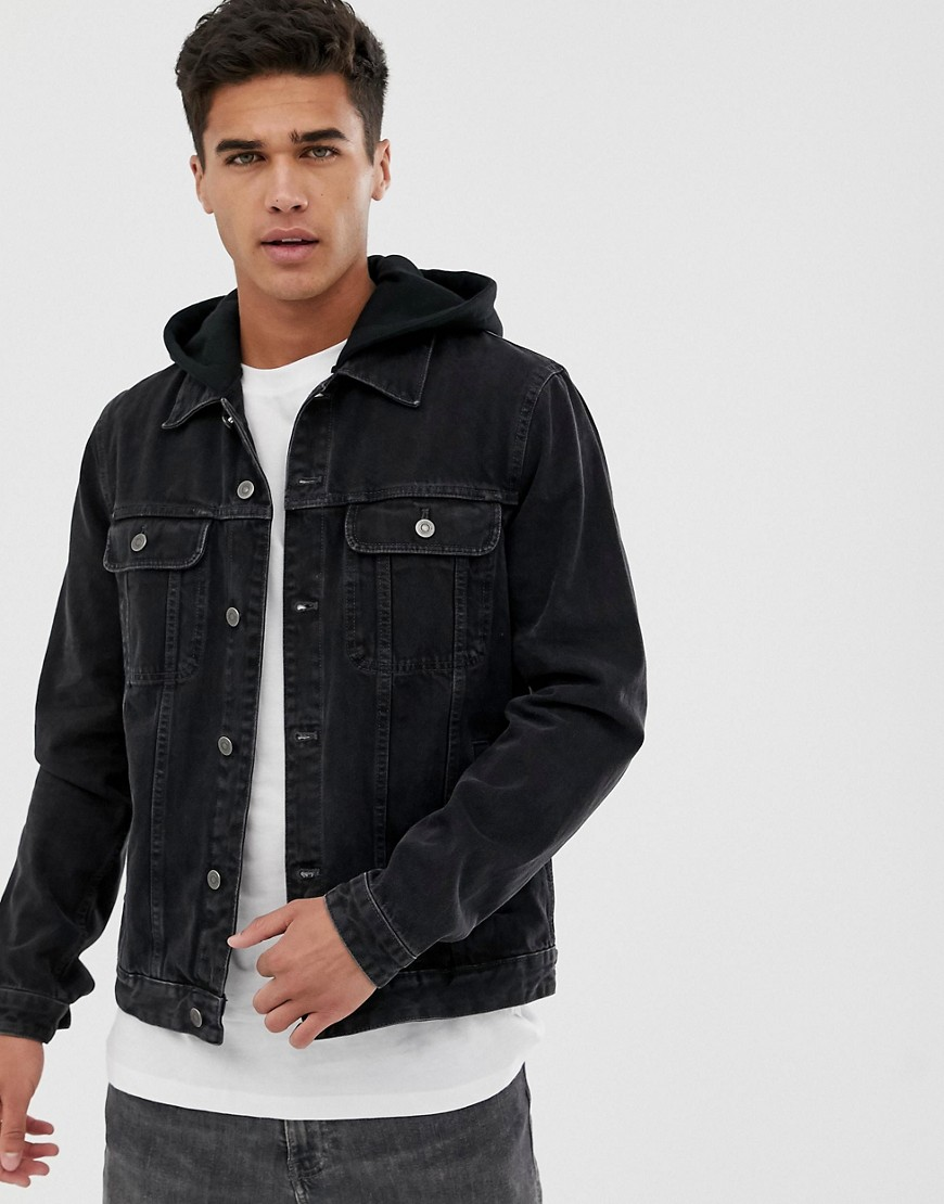 ASOS DESIGN - Jeansjacke in verwaschenem Schwarz mit Jersey-Kapuze - Schwarz