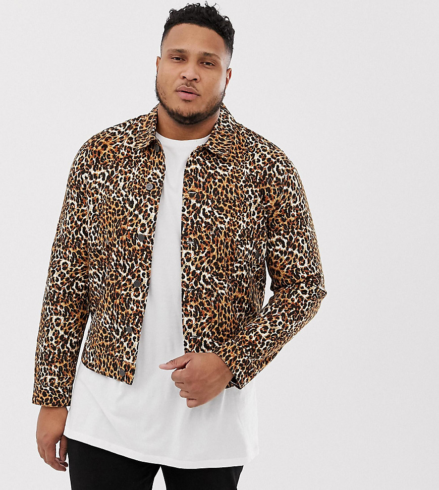 ASOS DESIGN Plus - Jeansjacke mit Leopardenmuster bedruckt - Bronze