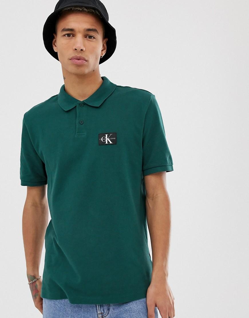 Calvin Klein Jeans - Poloshirt in normaler Passform mit Monogramm-Logo - Grün
