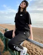 adidas Originals adicolour Jogginghose mit 3D-Logo und drei-Streifen aus Fleece in Schwarz