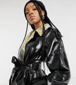 ASOS Design Tall - Trenchcoat mit kariertem Futter aus schwarzem verstärkten Vinyl zum Binden
